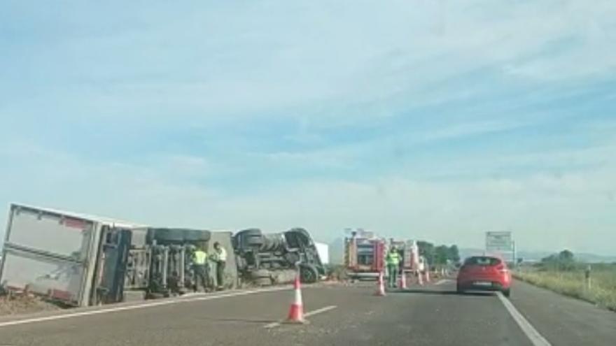 Un camionero muerto y retenciones de hasta 4 km en un accidente en la AP7 en Les Alqueries
