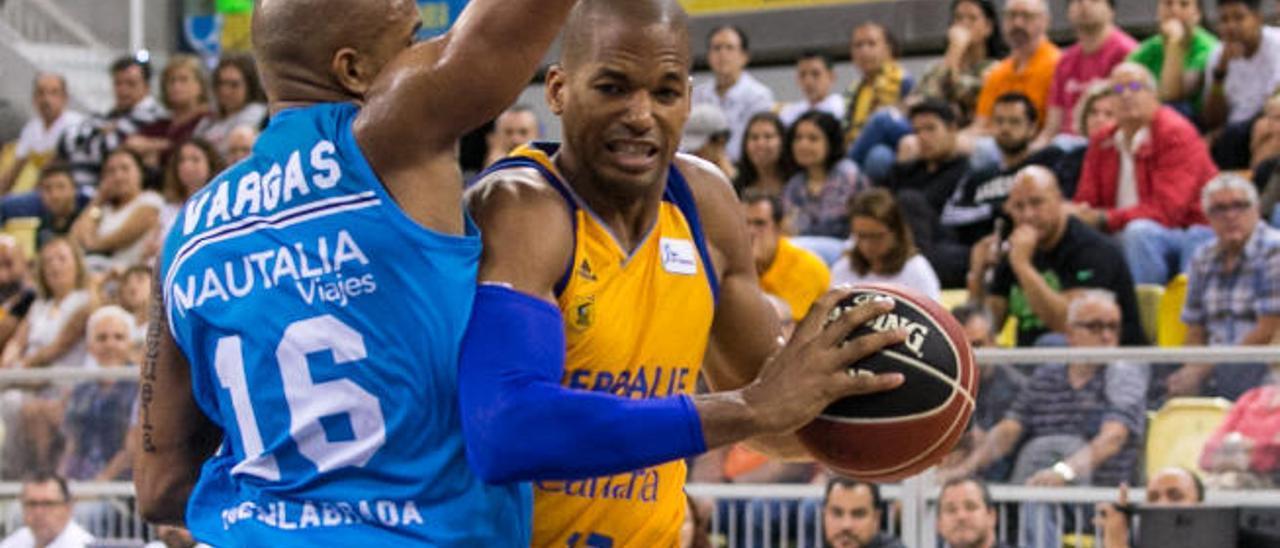 Eulis Baéz intenta driblar a Vargas en el Herbalife-Fuenlabrada.