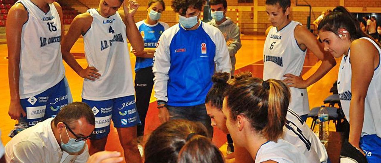 El equipo de Rubén Domínguez durante un tiempo muerto.    // I. ABELLA