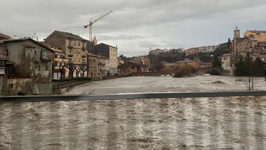 Gironella tanca l'accés al pont Vell per la crescuda Llobregat