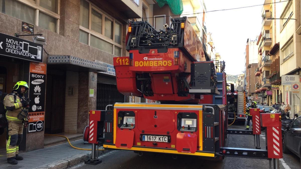 Los bomberos interviniendo frente al edificio.