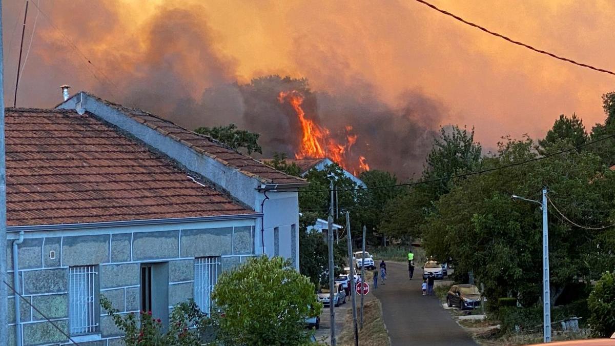 El incendio a las puertas del pueblo de A Salgueira, en Monterrei. /  Efe / Sxenick