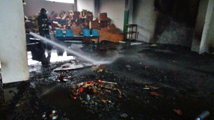Los bomberos apagan un fuego en una antigua panificadora de Las Torres