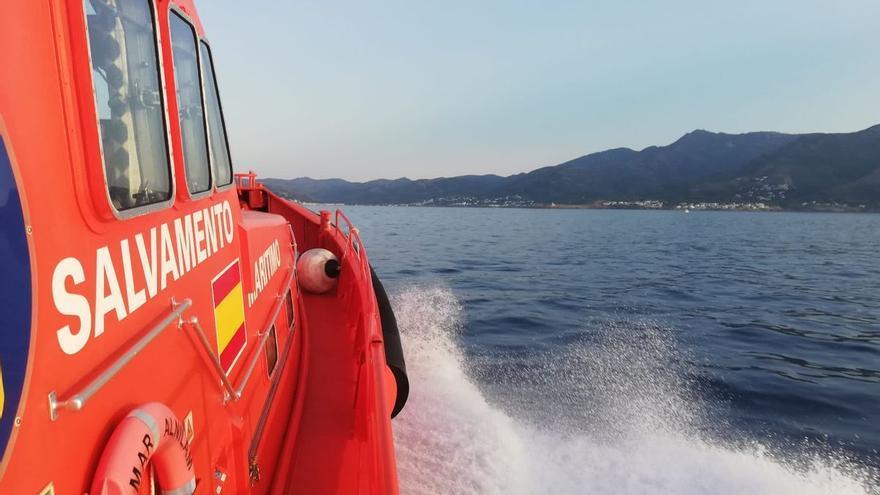 Rescaten quatre tripulants d'una barca després de xocar contra les roques a Llançà