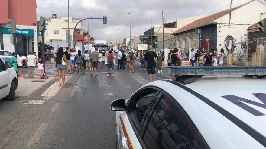 Protesta de padres y alumnos del colegio de Molinos Marfagones por la unión de dos clases en Primaria