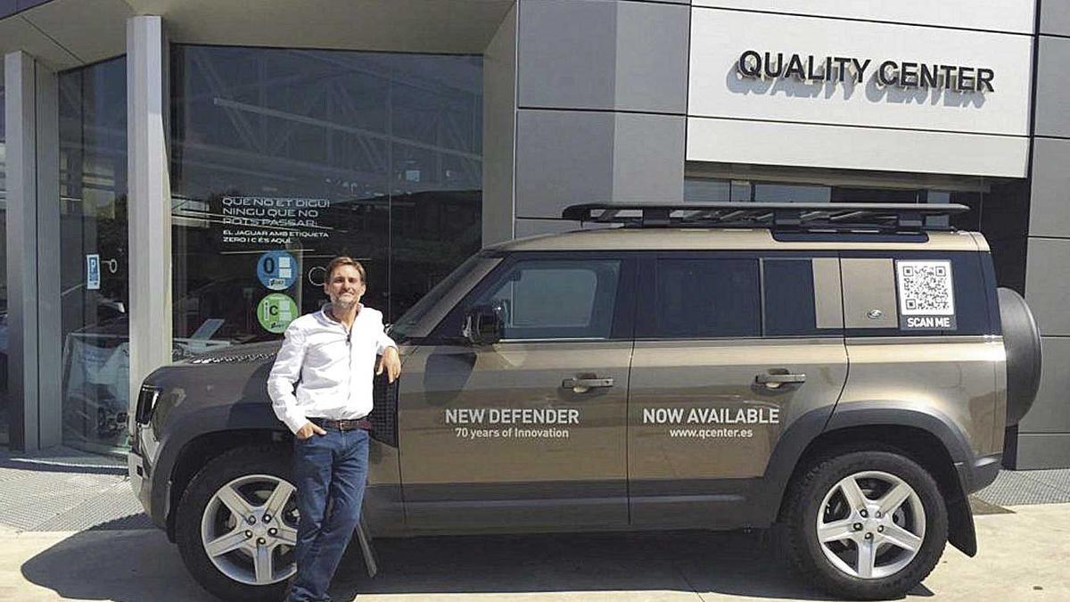 Xavier Roca, gerente del concesionario Jaguar Land Rover, con el icónico Nuevo Defender en sus instalaciones.