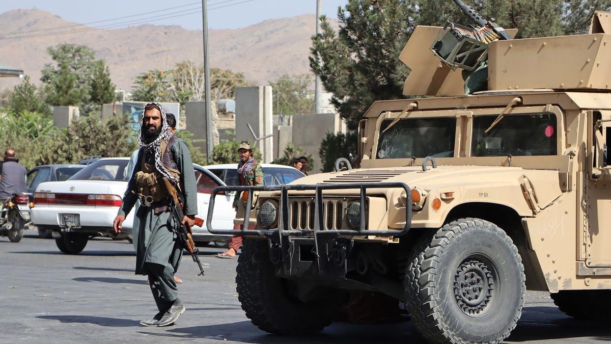 Talibanes armados controlan el acceso al aeropuerto de Kabul el pasado mes de agosto.