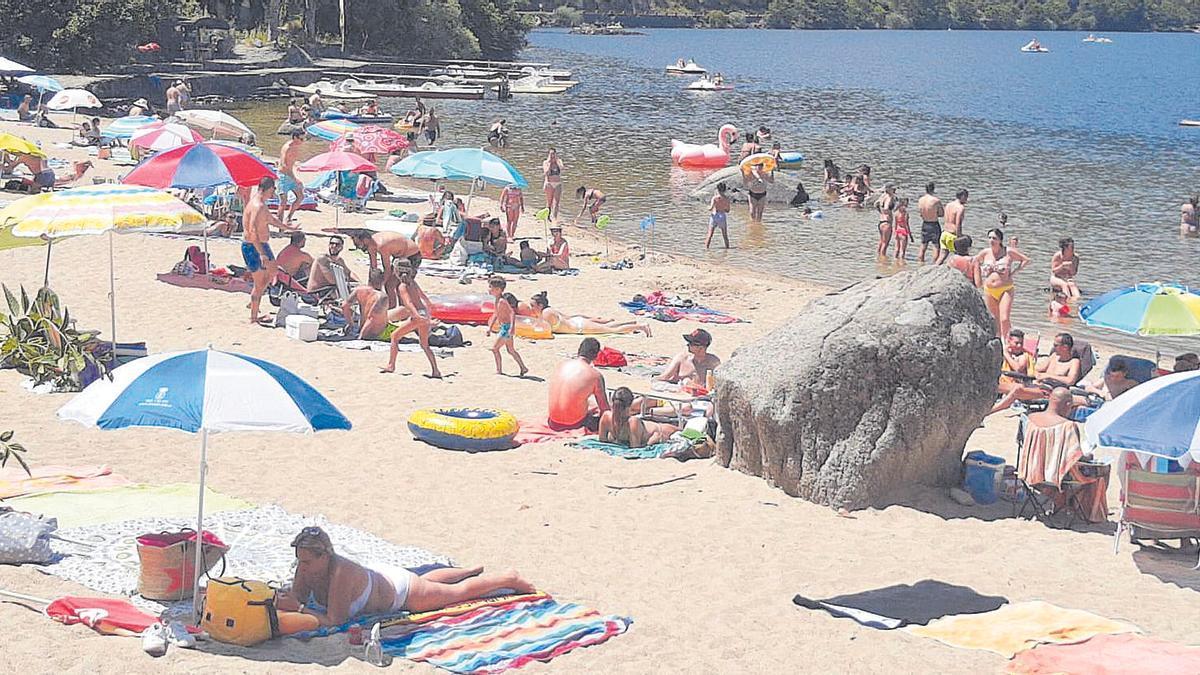 Bañistas en el Lago de Sanabria, donde hubo restricción de aforo por la pandemia.