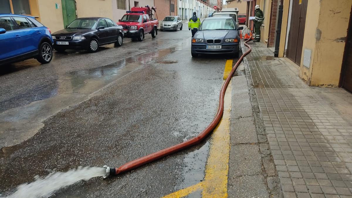 Operarios trabajan para achicar el agua de la instalación inundada