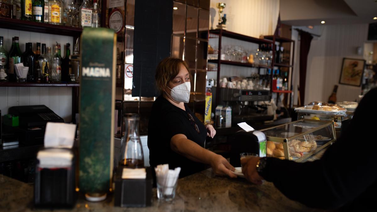 Una mujer trabaja en un bar en Zamora capital