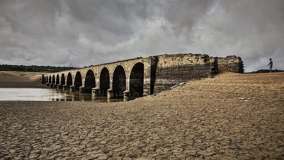 Antiguo puente de Perilla de Castro, a descubierto tras el vaciado del embalse. | Jose Luis Fernández