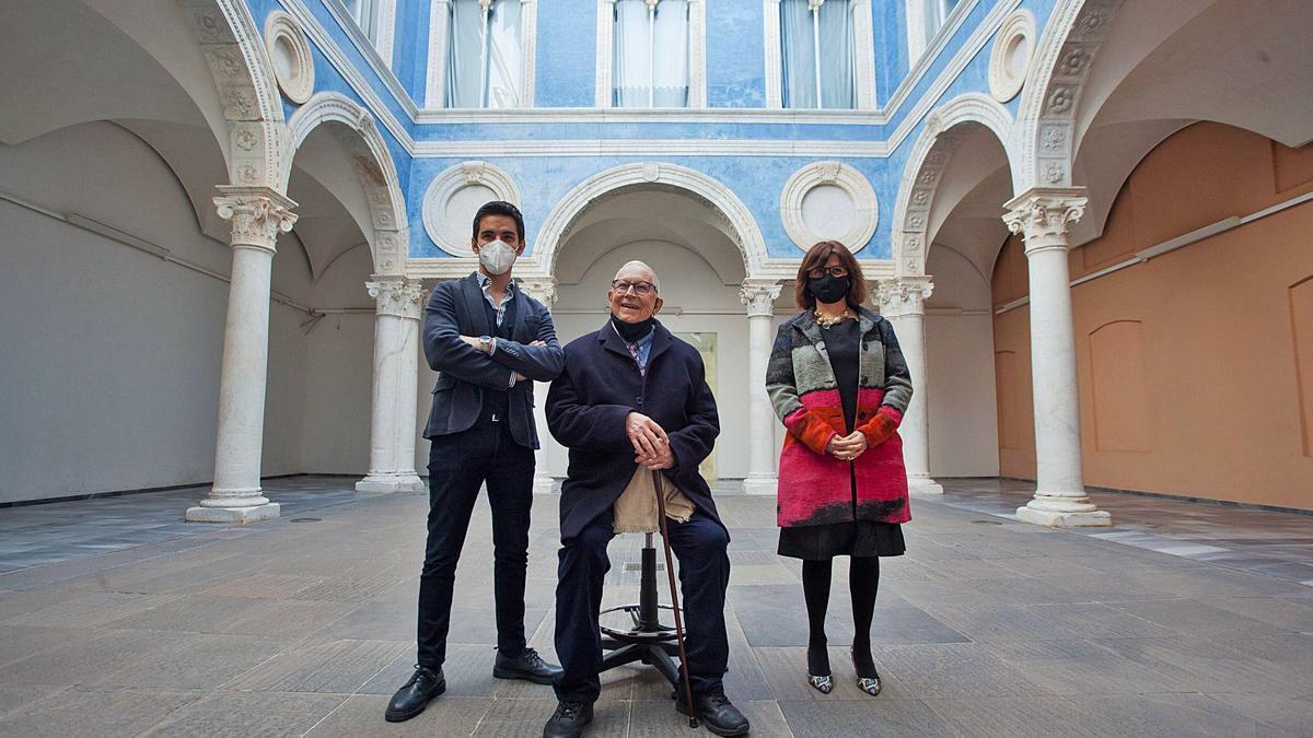 Fernando Delgado, entre Pablo González Tornel y Carmen Amoraga, ayer en el museo, tras la reunión del Patronato. | FERNANDO BUSTAMANTE