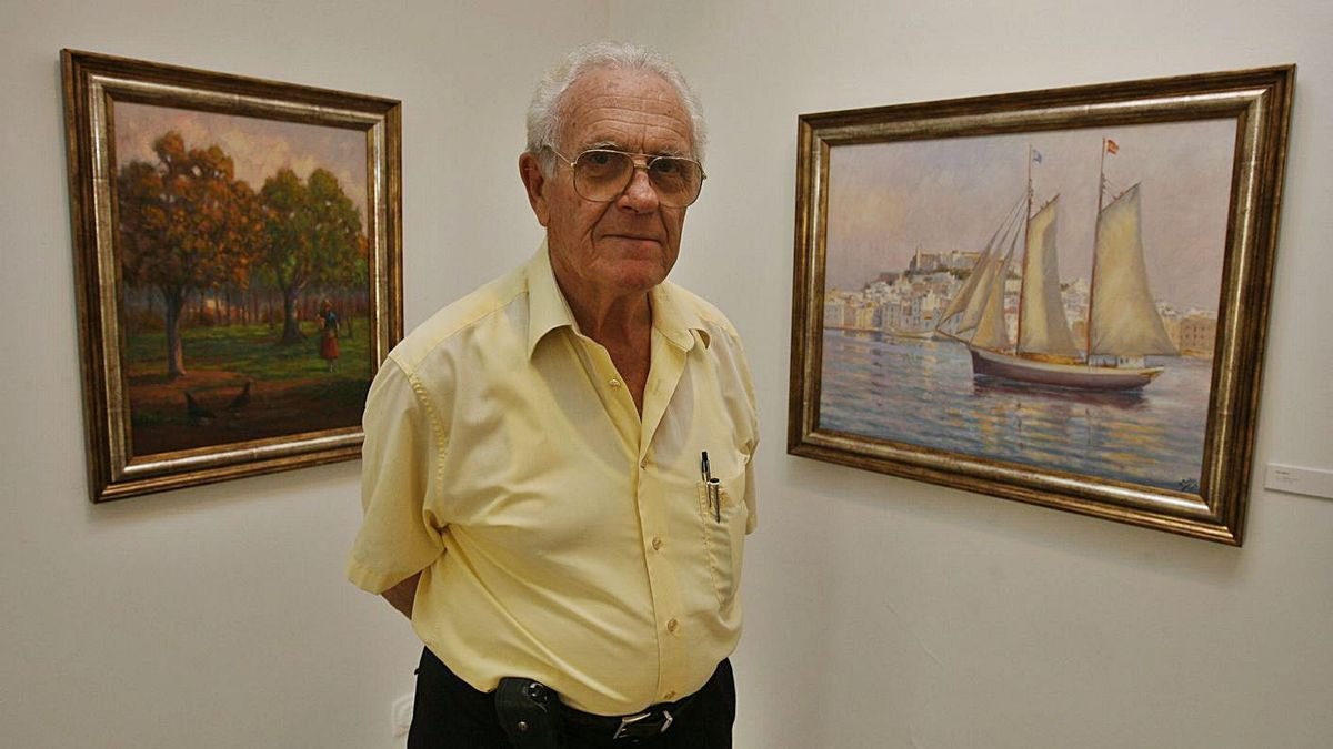Una imagen de archivo de Antoni Prats Calbet ante dos de sus pinturas. | J.A.RIERA