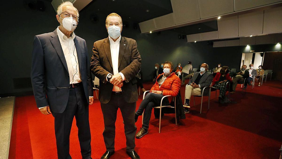 Luis Enjuanes, a la izquierda, junto a Pedro Sánchez Lazo, ayer, en el Club Prensa Asturiana.   Luisma Murias