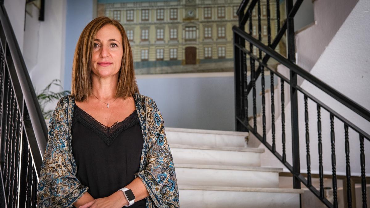 María Dolores Mejías, directora del IES Bárbara de Braganza en las escaleras del centro.