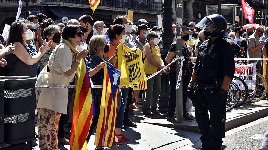 Protesta independentista davant del Liceu per la presència de Sánchez