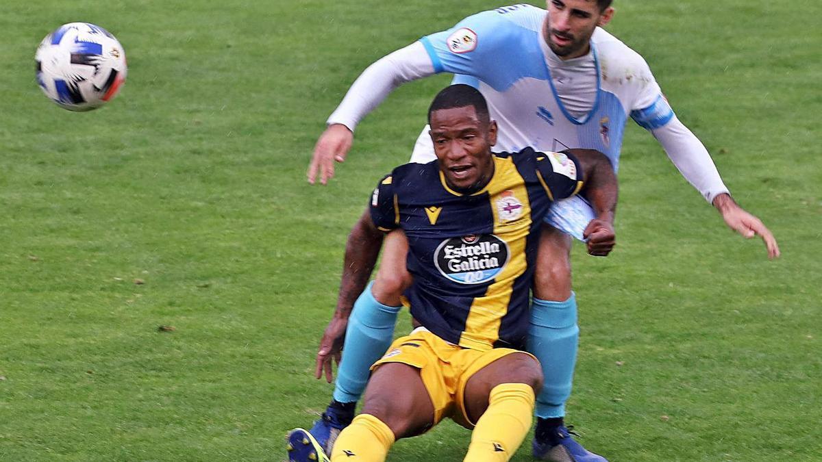 Beauvue cae al suelo presionado por un jugador del Compostela. |  // XOÁN ALVAREZ