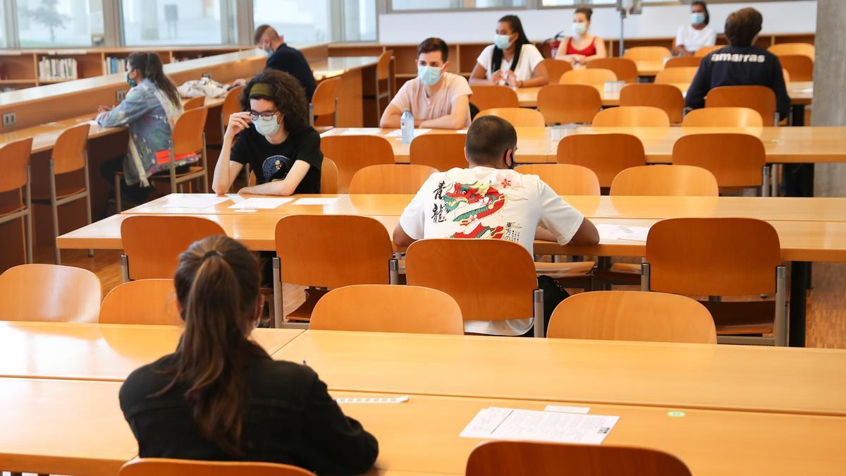 Estudiantes se preparan para el examen de la ABAU en una biblioteca de Vigo.