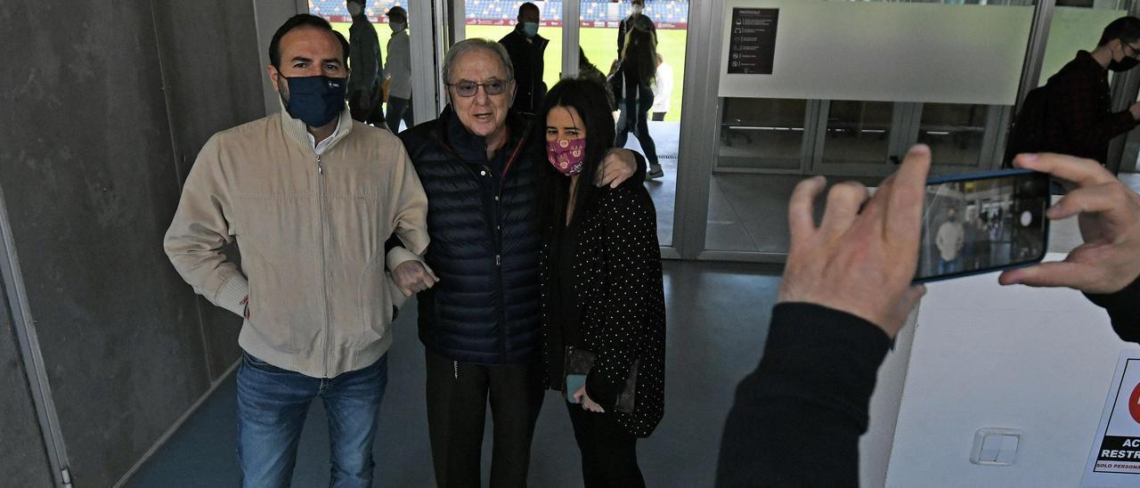 Lupe Murillo, con su padre y su hermano tras el partido de ayer.