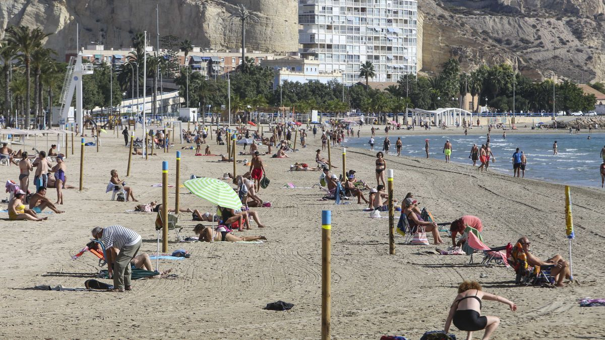 Bañistas disfrutando del sol en la playa del Postiguet (Alicante), ayer por la mañana.