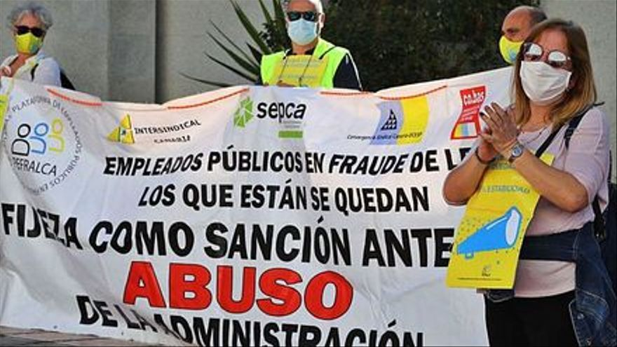 El Gobierno canario firma el acuerdo con los interinos en huelga para acabar con el abuso de temporalidad