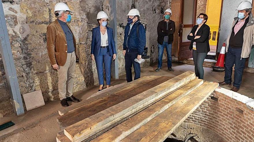 La alcaldesa y el bisnieto de Isaac Peral visitan las obras de la casa-museo
