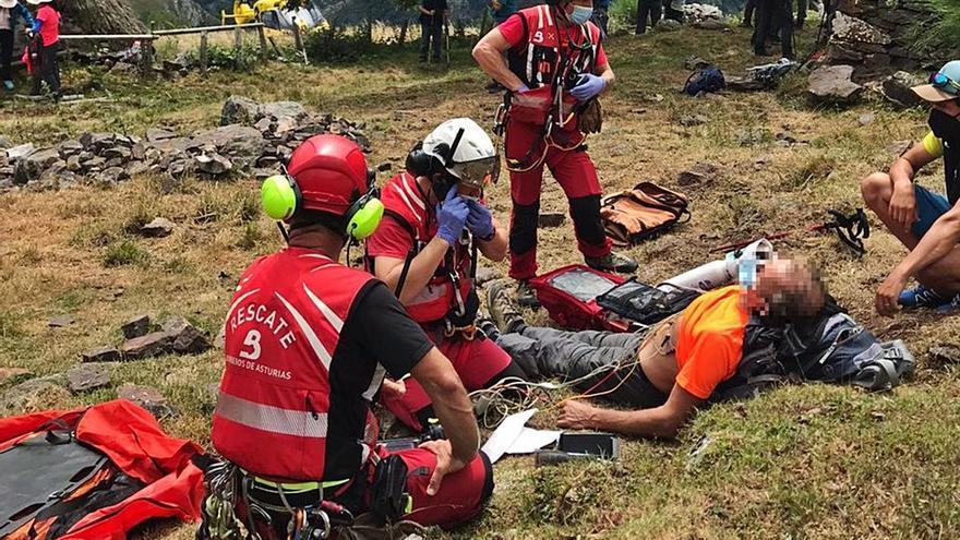 El helicóptero rescata a un hombre indispuesto en Somiedo