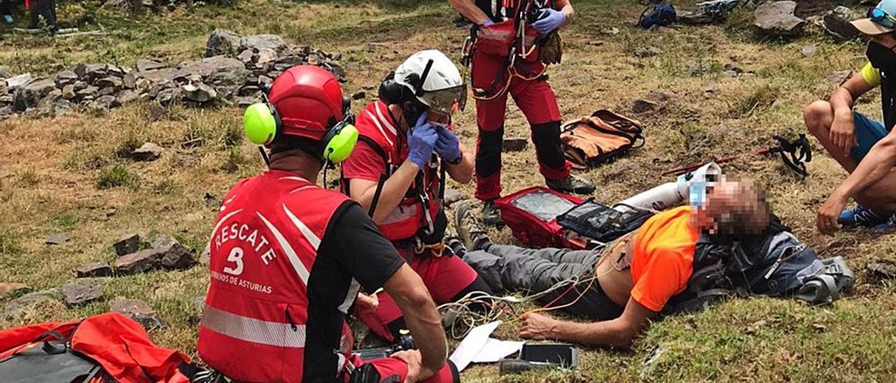 El helicóptero rescata a un hombre indispuesto en Somiedo   SEPA