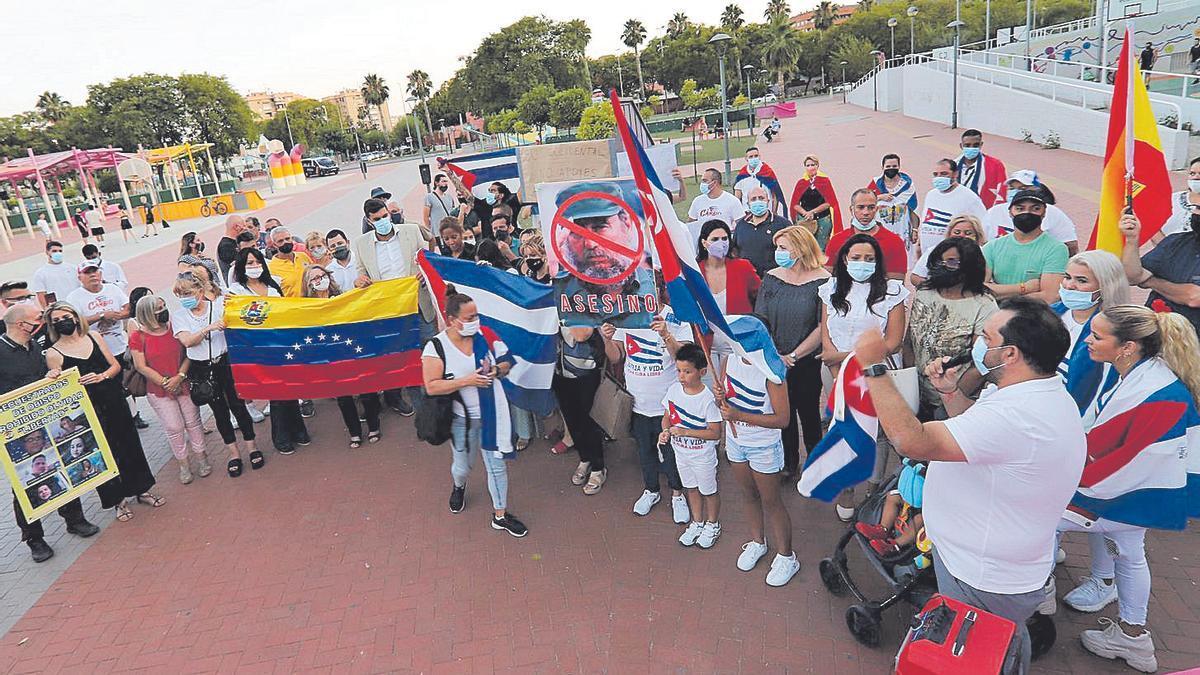 Decenas de personas se concentran en Murcia para mostrar su apoyo al pueblo cubano