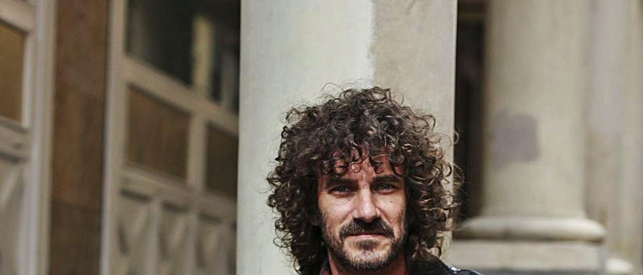 "Ivo Pérez, con el disco ""Gravemente ilesos"".   Julián Rus"