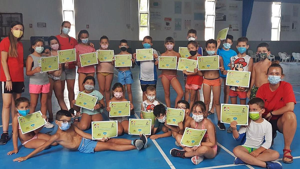 Los participantes en el campus de Lécera posan con sus diplomas. | SERVICIO ESPECIAL