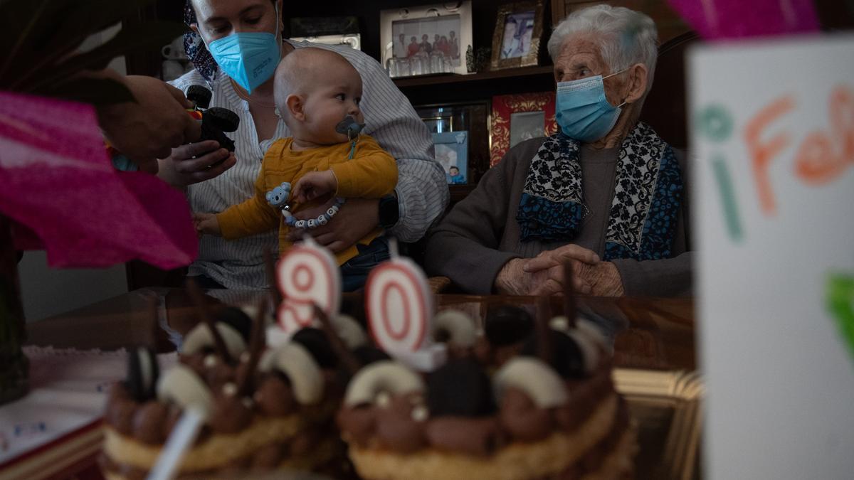 GALERÍA | Una zamorana de 90 años conoce a su bisnieto tras un año separados por el COVID