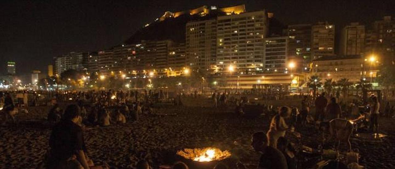 Noche de San Juan previa a la pandemia del covid en la playa del Postiguet.