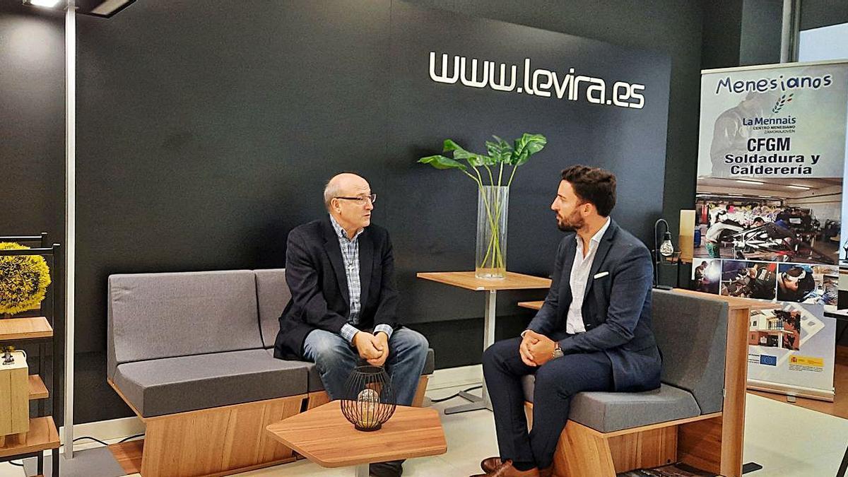Justino Santiago (izquierda) conversa con un cargo de la empresa Levira International.