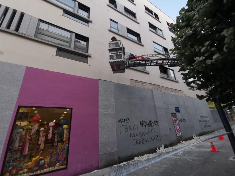 Un herido tras el desprendimiento de varias losetas en un edificio de Bueu. // Santos Álvarez
