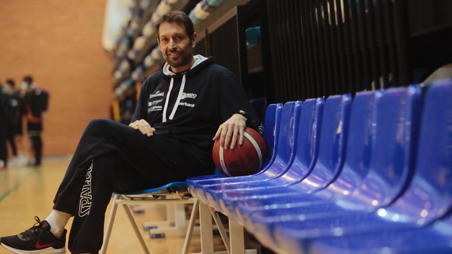 """Natxo Lezkano, entrenador del Liberbank Oviedo Baloncesto: """"Sienta bien lograr el objetivo porque en verano estuvimos muy nerviosos"""""""