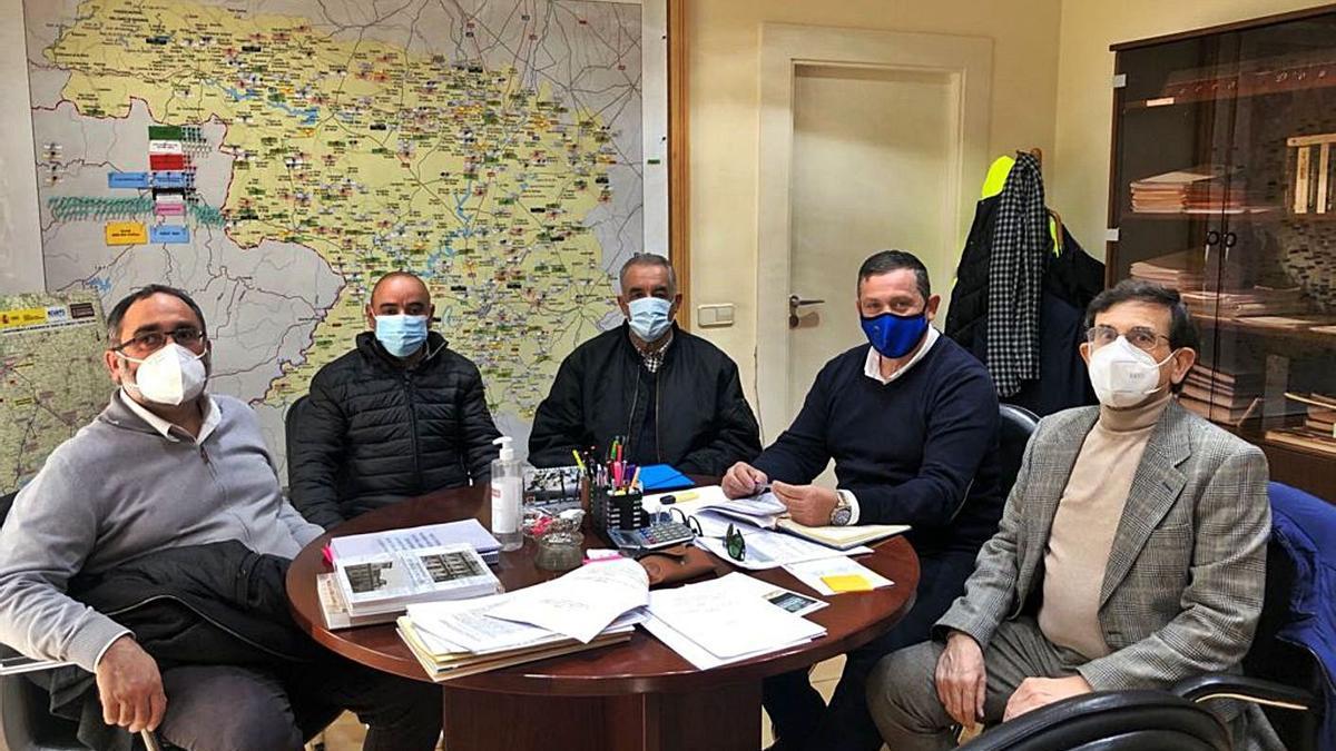 El diputado de Medio Ambiente, segundo por la derecha, en una reciente reunión con miembros de la corporación municipal de Valer. | Ch. S.