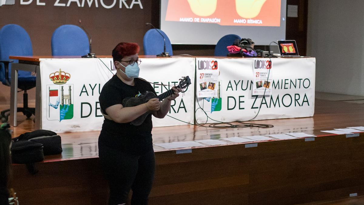 Taller de ukelele celebrado hoy en la Alhóndiga.