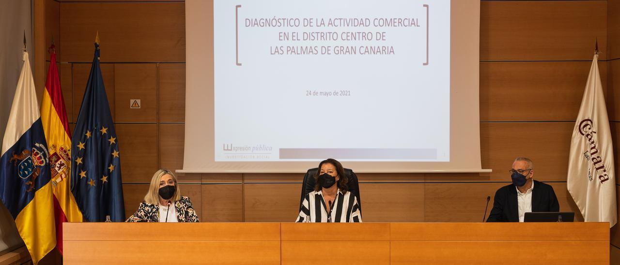 La concejala Mari Carmen Reyes, en el centro, presenta el estudio, ayer