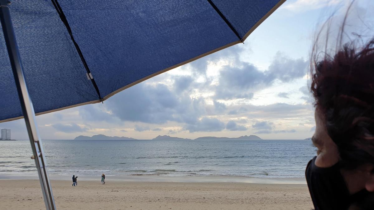 Vista de las islas Cíes desde la playa de Samil en un día de mal tiempo.