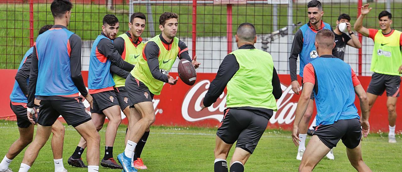 Gragera pasa un balón de rugby a Javi Fuego ante Campuzano y Pedro Díaz  durante el  entrenamiento de ayer en  Mareo.    Juan Plaza