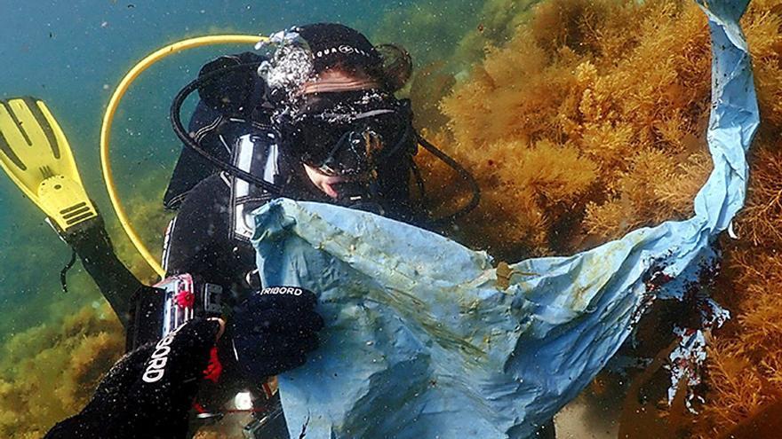 El agua embotellada es la que genera más residuos de envases en la playa