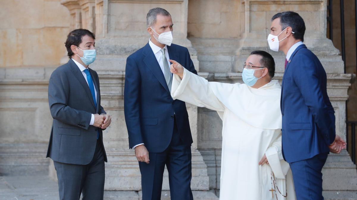 Mañueco, con Felipe VI y Pedro Sánchez, en la Conferencia de Presidentes que se celebra en Salamanca.