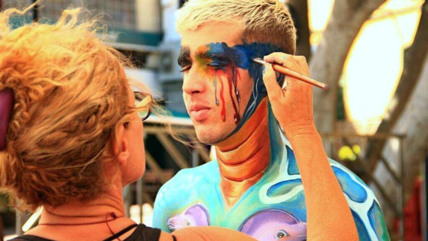 Arona Son Atlántico denuncia la suciedad en los oceános con pintura sobre un cuerpo desnudo