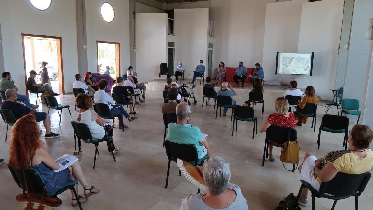Imagen de la reunión celebrada hoy en Calas de Mallorca para anunciar el inicio de las tareas de exhumación.