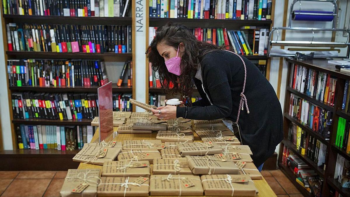 Marta González compró ayer en Eixo uno de los libros a ciegas. // BRAIS LORENZO