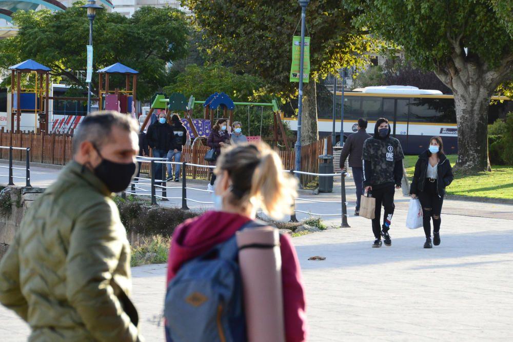 Gente paseando por Cangas con mascarilla. // Gonzalo Núñez