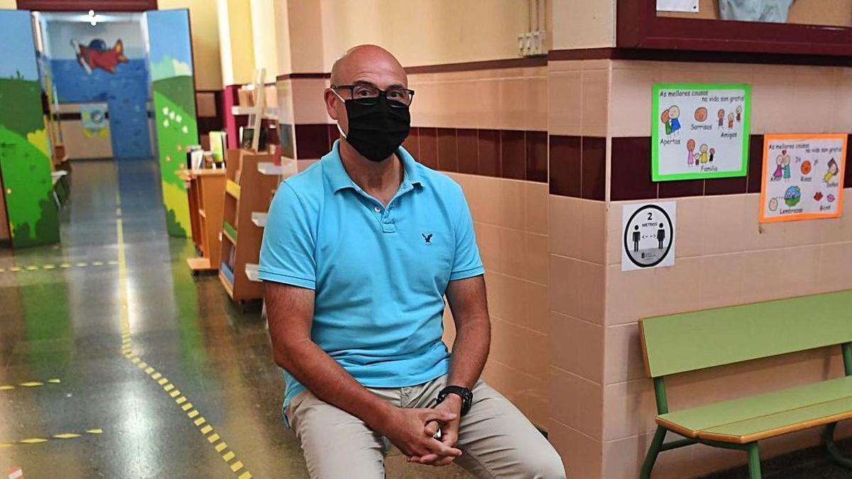 Antonio Leonardo Pastor posa en un pasillo del colegio Curros Enríquez.  | // CARLOS PARDELLAS