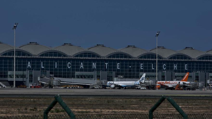 Recogen adhesiones para que el aeropuerto de Alicante-Elche se llame Miguel Hernández