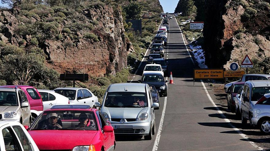 El Teide se convierte en el escenario de botellones y carreras ilegales de coches